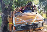 मेदिनीनगरः अनियंत्रित होकर पेड़ से टकराया मजदूरों से भरा ट्रक, एक की मौत, 30 घायल
