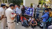 विद्यार्थियों ने कॉलेज के गेट पर जड़ा ताला, एडमिशन में धांधली का लगाया आरोप