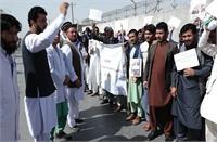 अफगानिस्तान में सैकड़ों डॉक्टरों ने वेतन के लिए किया प्रदर्शन