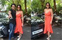 डीपनेक वन पीस ड्रेस में निया शर्मा का स्टनिंग लुक, करणवीर बोहरा संग यूं दिए पोज