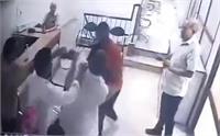 चोर ने की चोरी, ऊपर से की सीनाजोरी, साथियों के साथ मिलकर युवक को सरेआम पीटा
