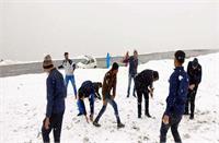 बारालाचा व रोहतांग दर्रे में बर्फबारी, लेह मार्ग वाहनों के लिए बंद