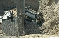 एनएचएआई की लापरवाही, कार निर्माणाधीन ब्रिज के गड्ढे में गिरी