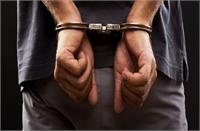 छापेमारी करते कच्ची शराब निकालने के आरोप में युवक गिरफ्तार, शराब व लाहन बरामद