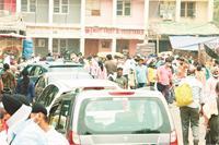 चंडीगढ़ में पूर्ण लॉकडाऊन की आशंका के चलते ग्रेन मार्कीट में खरीददारी करने पहुंचे सैंकड़ों लोग