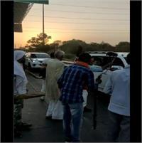 मुख्यमंत्री के काफिले को रामायण टोल प्लाजा पर किसानों ने दिखाएं काले झंडे