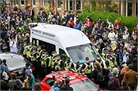 दो भारतीयों की रिहाई लिए सड़क पर उतर आया स्कॉटलैंड, 8 घंटे पुलिस की गाड़ी की जाम(Video)