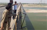 हमीरपुर: यमुना नदी में बहते शव को देख लोगों में फैली दहशत, प्रशासन ने कहा- कोरोना से नहीं हई मौतें
