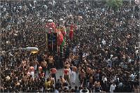 पाकिस्तान में कोरोना नियमों की जमकर उड़ी धज्जियां, धार्मिक जलूस में उमड़ा जनसैलाब