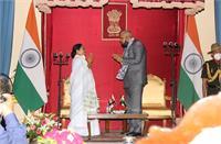 शपथ दिलाने के बाद छोटी बहन बोलकर राज्यपाल ने दी ममता को नसीहत, याद दिलाया 'राजधर्म'