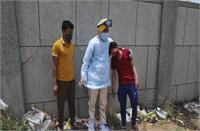कोरोना का कहर, ब्लाइंड माता-पिता ने खो दिया अपना 9 महीने का इकलौता बेटा...पूर्व BJP MLA ने दफनाया