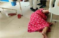 बदहाल स्वास्थ्य सेवाएंः पहले नहीं मिला स्ट्रेचर और फिर नसीब नहीं हुआ बेड, परेशान बेटे ने फर्श पर ही लिटाया