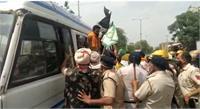 अस्पताल पहुंचने पर किसानों ने किया CM खट्टर का विरोध, पुलिस ने किया गिरफ्तार