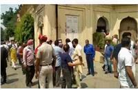 फगवाड़ा में सरकारी अफसरों ने कोरोना नियमों की उड़ाई धज्जियां, मीटिंग के लिए किया बड़ा इकट्ठ
