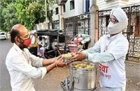कोरोना के बीच एक एक सिख व्यक्ति गलियों में लंगर चला सैंकड़ों जरूरतमंदों का भर रहा पेट