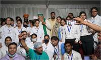 किसानों की स्वास्थ्य जांच के लिए धरनास्थल पर पहुंचा नर्सिंग छात्राओं का दल