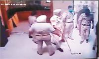 किन्नरों ने लगाए आरोप, दरवाजा तोड़ घुसकर वारदात को दिया अंजाम
