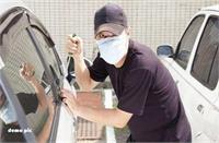गाड़ी चोरी करते हुए रंगे हाथों गिरफ्तार, कारमालिक ने तीनों को पकड़ किया पुलिस के हवाले
