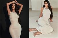 ऑफ व्हाइट लॉन्ग ड्रेस में किम कार्दशियन का स्टनिंग लुक, कातिलाना अंदाज में कैमरे के सामने यूं दिए पोज