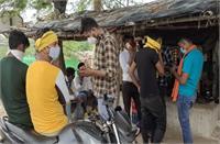 मजदूर रिक्शे वालों से अवैध वसूली करता नजर आया बजरंग दल, 100 रुपये प्रति चक्कर की होती है वसूली
