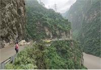 चंडीगढ़ मनाली नेशनल हाईवे पर भूस्खलन, जाम में फंसे लोग
