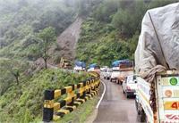 भूस्खलन के बाद मंडी पठानकोट राष्ट्रीय राजमार्ग बंद