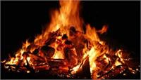Agra: श्मशान घाट पर जलती चिता से पुलिस ने उठावाया दवा व्यापारी का शव, जानिए वजह