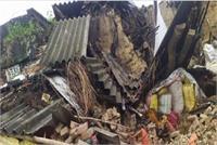मऊ: बारिश के दौरान कच्चा मकान गिरा, मलबे में दबने से मां-बेटी की मृत्यु, तीन घायल