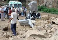 भूस्खलन से कार पर गिरी चट्टान, छत तोड़कर चालक को निकाला बाहर