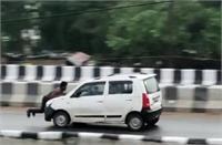 OMG: टक्कर के बाद बोनट पकड़े लटका रहा युवक, मगर तेज स्पीड में कार भगाता रहा गुस्से में तमतमाया ड्राइवर, जानें पूरा मामला