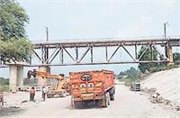 रावी दरिया पर बने रेलवे पुल से निकलने वाली गाड़ियों के यात्री खतरे में