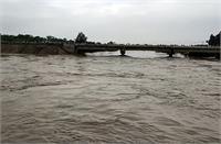 50 साल बाद कुआरी नदी ने लिया रौद्र रूप, सड़क पर आई दरारें, पुल को छूने लगा पानी