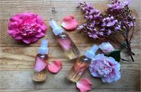 खूबसूरत और बेदाग त्वचा के लिए इन 4 तरीकों से यूज करें Rose Water