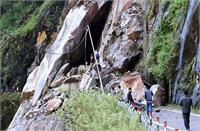 किन्नौर के चौरा में भयंकर Landslide, भारी-भरकम चट्टानें गिरने से NH-5 अवरुद्ध (Video)
