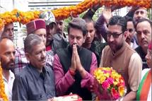 अनुराग ठाकुर के घर पर लगा बधाई देने वालों का तांता, कार्यकर्ताओं के लिए परोसी धाम (Video)