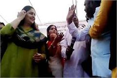 mp election when congress workers clashed at the stage of meeting nagma