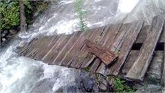 footbridge crack girls float