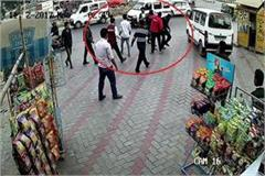 staff on petrol pump beaten by unknown person with his hood friends