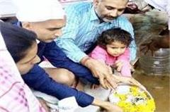 3 years old daughter immersed matyr father  s bones into ganga