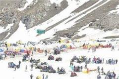 tourists in rohtang