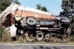 truck overturned on bankhadi haripur road
