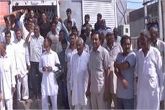 farmers protested for insurance claim against bank of baroda in hansi