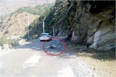 stone fall from hill on bhuntar manikaran road