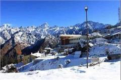 tourists visiting auli to enjoy the snow