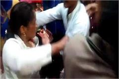 a woman thief caught stealing in a shoe store people beat them fiercely