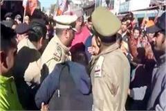clash between police and bjp workers about burning effigy of rahul gandhi