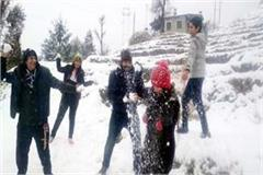 first snowfall of the season in chamba tourists have taken a lot of fun