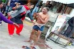 kinners beating the person with shoes in market know what is the matter