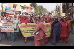 anganwadi workers protested with bowl in hand against government