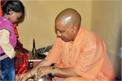 at ramnavmi chief minister yogi washed the feet of the daughters